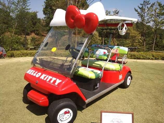 日本の『カワイイ』代表、キティちゃんカートに乗れるゴルフ場