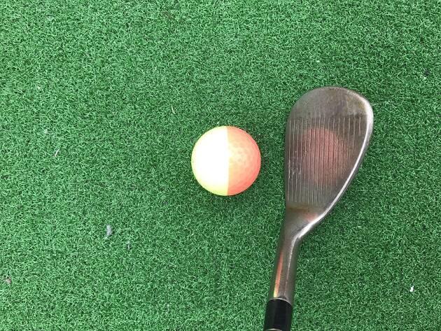 アプローチの基本はボールの左半分を見ること!