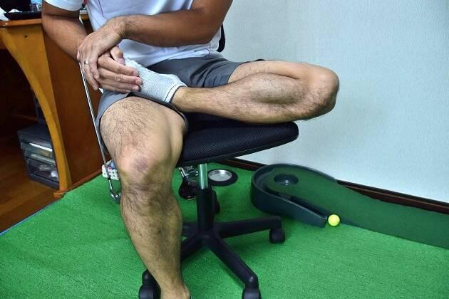 【すねのストレッチ!②】片足を上げた座位で指先を足裏側へ