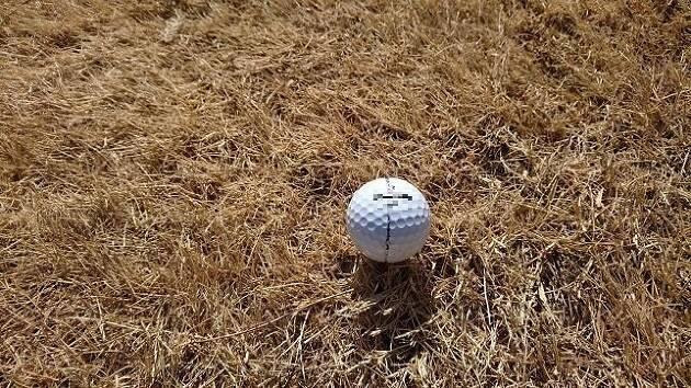 ティーショットでは、方向をラインで合わせてティーにボールをセット!