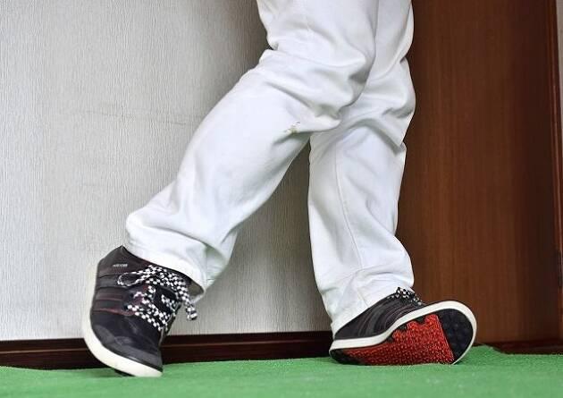 ダウンスイングで左足のカカトに体重が逃げるときは?
