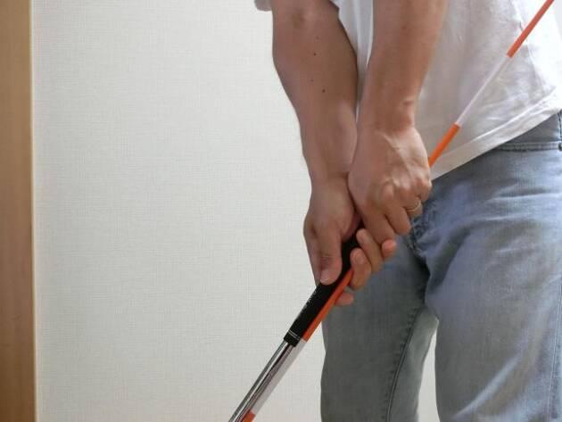 クラブに装着した棒が体に当たらないようにハーフスイング