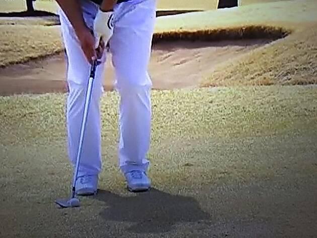 ボールの位置は右足親指の前くらいがベスト
