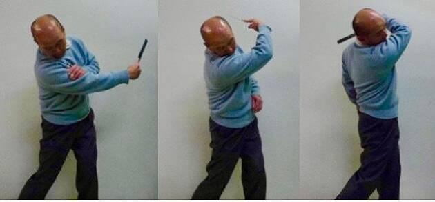 左耳の下に右腕が巻き付くようにフォローを取る。