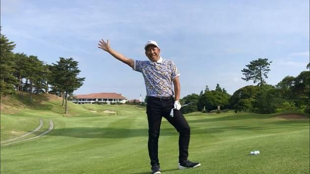 ゴルフコーチ宮下は両肘を曲げ伸ばしして脱力している