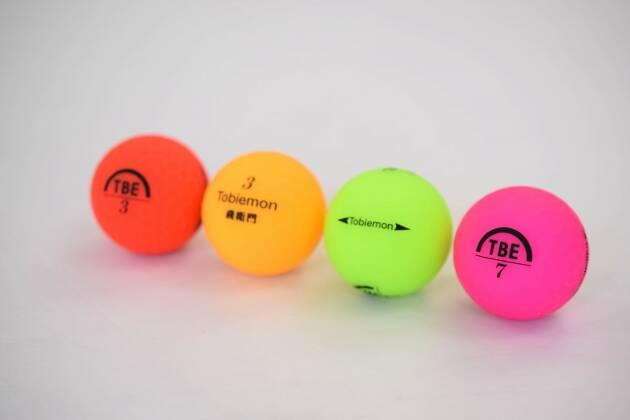 飛衛門の蛍光マットカラーボールは飛ぶ! 安い! 公認球!