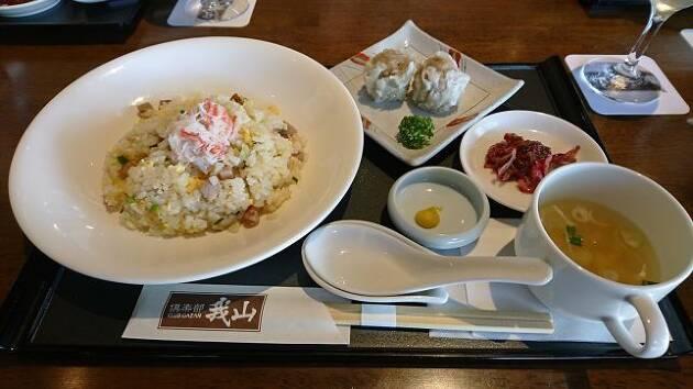 群馬県、「倶楽部我山」の今日のおすすめは、さっぱりした「たらば蟹の五目炒飯」