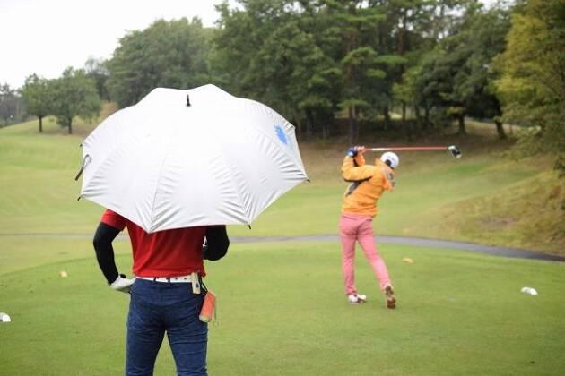 傘を使って少しでも濡れない工夫を
