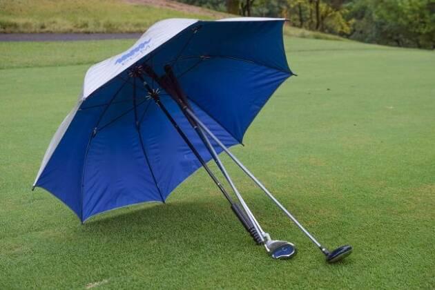 クラブを複数本持ってセカンドショット! こんなときは傘が便利