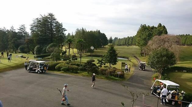 屋外のスポーツであるゴルフ場も空いてる! 練習場までも空いてる!