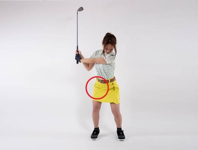 手首の返り過ぎを防ぐには右股関節を意識
