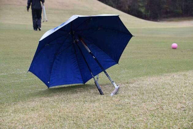 クラブを持っていった時には傘にクラブを立てかける!