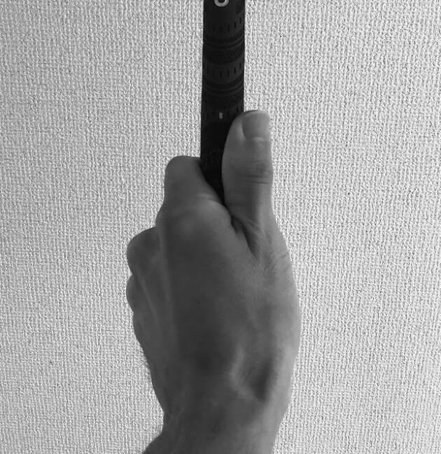 一般的には親指と人差し指に出来たV字が右肩に向くようにと言います