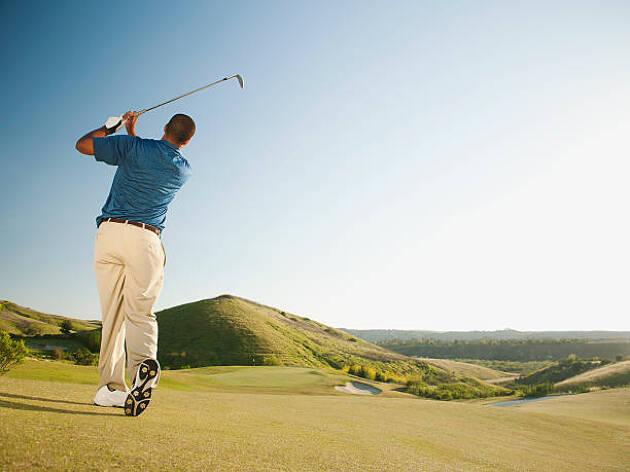 低い打球を打つ時はゴルフボールを右足寄りに置く