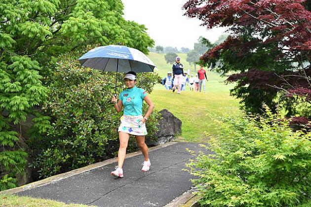 真夏には日傘にもなる晴雨兼用の傘も用意する