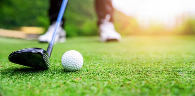 ゴルフでは、ボールを打つためには、自分が能動的に動かないといけない!