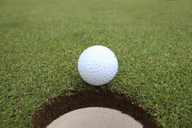 グリーンの中心線を見つけると、球の曲がる方向がわかる