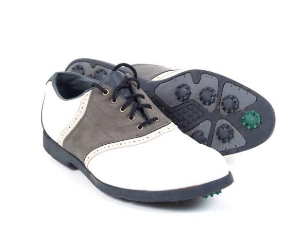 靴はゴルフシューズがマストです。