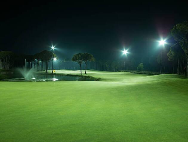 幻想的な夜景を見ながらプレーできる
