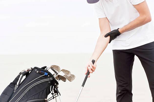 右脇を適度に締めるため、右肘を固定して練習してみよう!
