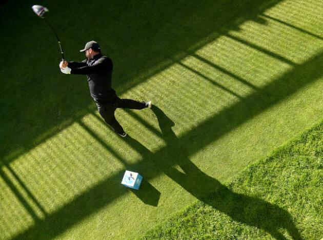 日本人ゴルファーはなぜ肩を水平に回転させてしまうのか?
