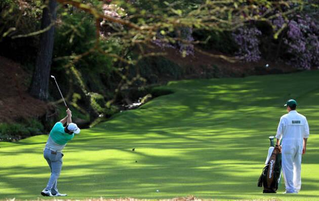 左足下がりは中心よりも右足寄りにゴルフボールを置く