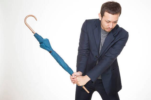 傘や棒を持つと素振りをしたくなる