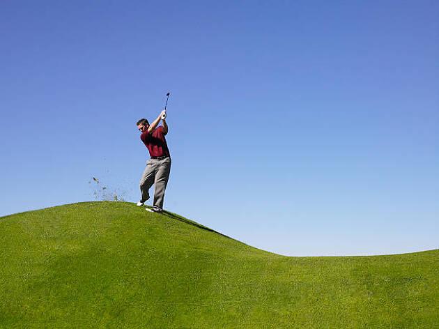 左足体重で肩のラインを斜面と平行にして打つ