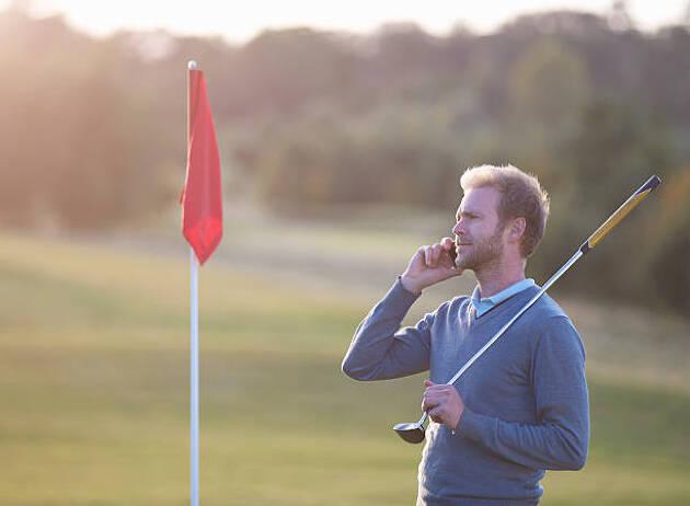 前の組が遅くて我慢できない場合、ゴルフ場に電話しよう