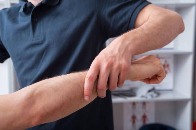 対策3.肘が伸びた状態は危険! 力みのないスイングを