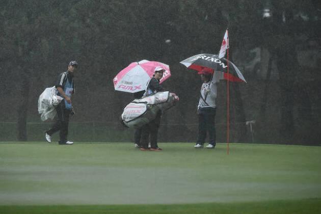 雨の日ゴルフは「慣れ」次第です