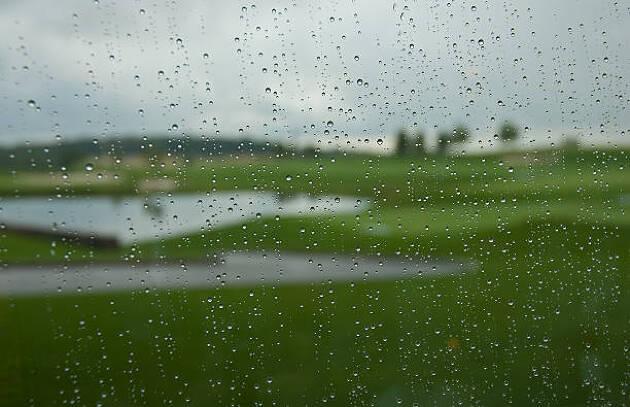 雨の日のラウンドだったら、休憩中に乾燥室にぶら下げて