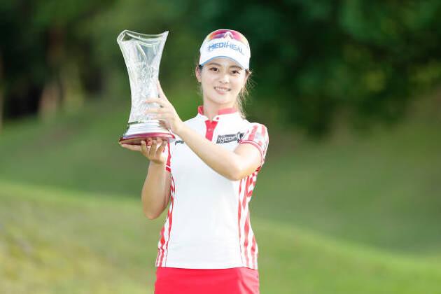チャン ウェイウェイプロは、中国出身の現役女子大生プロゴルファー