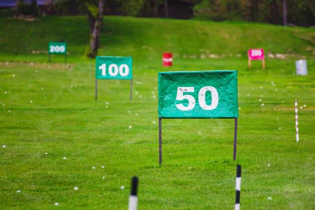 ヨーロッパの練習場とゴルフ場はメートル表記。