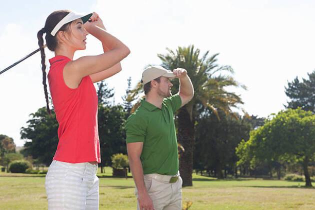 女性にはゴルフレッスンは敷居が高い?